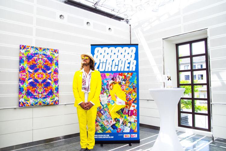 """The Million Painter at his exhibition """"888888 Zürcher"""" at Widder Hotel Zürich Art Artist Colourful Creative Light And Shadow Exhibition Fashion Foramorecolourfulwor Hotel Philsplash Portraitmaler PORTRAITPAINTER Vernis Widderhotel Yellowsuit Zürich"""