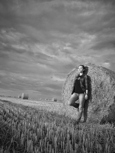 full body lenght,wheat field Agriculture Adults Only Growth Mature Adult One Person Adult Field People Cereal Plant Wheat Nature Working Outdoors Sky Day Woman Full Length Rural Scene Grain Field Countryside Romania EyeEmNewHere Blackandwhite Photography The Week On EyeEm Breathing Space Mix Yourself A Good Time Been There. Done That. Lost In The Landscape