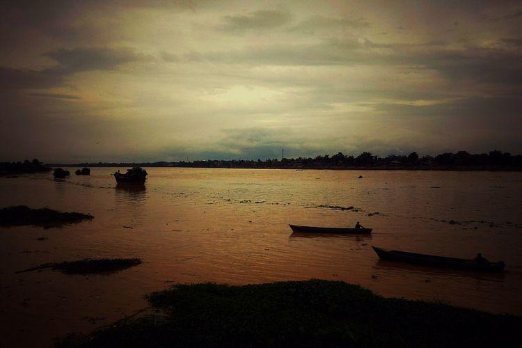 Batanghari River Kawasan Nongkrong Tanggo Rajo Gentala Arasy Bridge Jambi, Indonesia