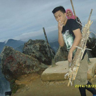 pecinta lingkungan hidup, bersihin puncak dari sampah yg terbuang di gunung sibayak. INDONESIA Sahabatckb Lestari ALaM