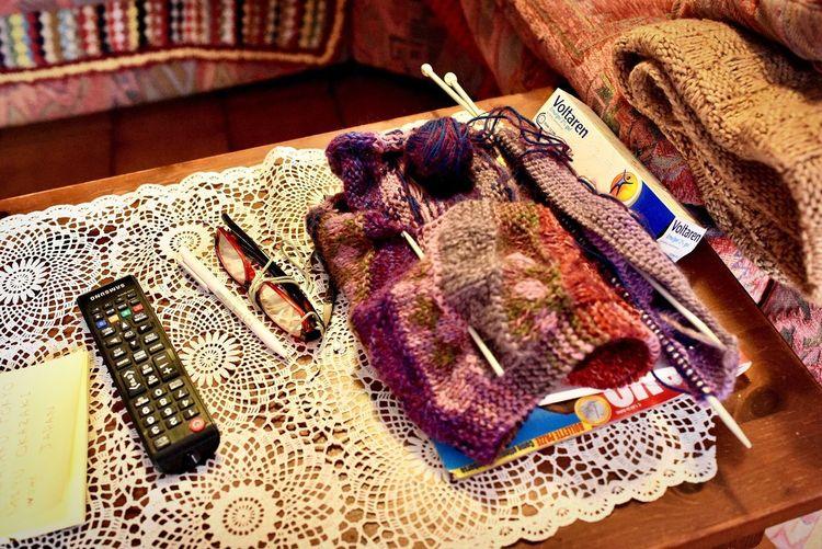 フォルニアヴォルトリのマンマ『カルメン』さんの編み物の途中 マンマは世界共通で編み物が似合う フォルニアヴォルトリの日常の1ページをどうぞ #キッチン #フォルニアヴォルトリ #フリウリ #フリウラーノ #マンマの編み物 #編み物 #三軒茶屋 #イタリアン #レストラン #ペペロッソ #ランチタイム #ランチデート #ランチビール #ランチコース #ランチの幸せ #ランチ会 #昼 #昼飯 #贅沢ランチ #パスタランチ #昼飲み #昼からビール #昼からお酒 #昼からワイン #ディナー #パスタ #手打ちパスタ #クッキングラム #世田谷パーク http://www.peperosso.co.jp 編み物 Indoors  High Angle View No People Still Life Table Art And Craft Furniture Focus On Foreground Close-up Pen Home Interior Paper Communication Sunlight Pattern Finance Multi Colored Creativity Textile Scissors