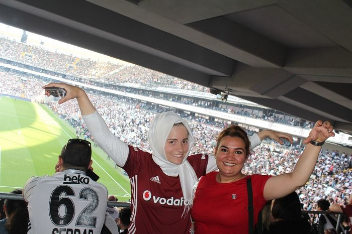 Sampiyon Besiktas Beşiktaş Ulan Stadium Sport Mature Adult Togetherness Celebration Soccer Teamwork Fan - Enthusiast Mid Adult Human Body Part Mature Women Adult Looking At Camera Mature Men Cheerful Portrait Smiling Cooperation Cheering Excitement