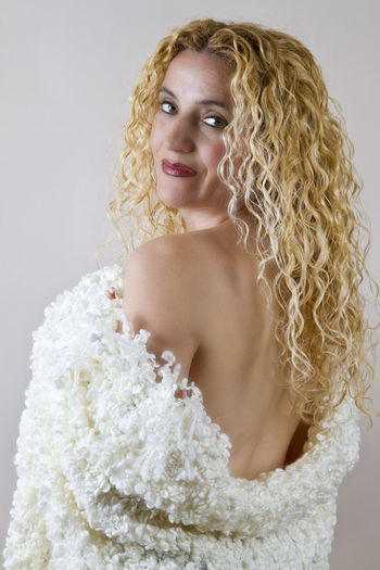 looking back One Person Portrait Looking At Camera Hair Studio Shot Women Beautiful Woman Young Adult Beauty Indoors  Hairstyle Young Women Curly Hair Blond Hair Front View Adult Waist Up Smiling Fashion Confidence  Nudewomen Nüde Art. Happiness