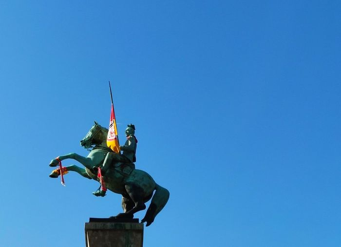 Jan Wellem mit DEG Flagge Horse Jan Wellem Statue Sculpture Clear Sky Blue Sky