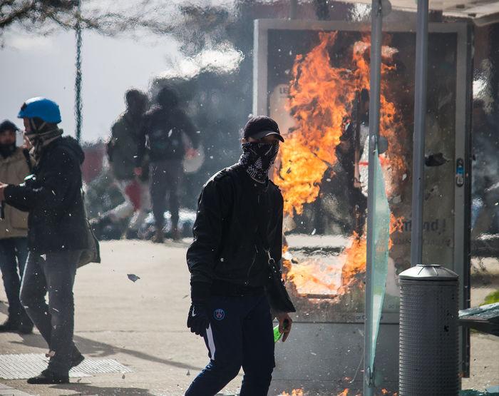 Incendie d'un arrêt de bus à Nantes durant les manifestations du 9 avril contre la loi du travail 9avril Canon100D Loidutravail Manifestation Nantes Nantesjetaime Onvautmieuxqueça Protest Protesters Riots Street Streetphotography Manif9avril