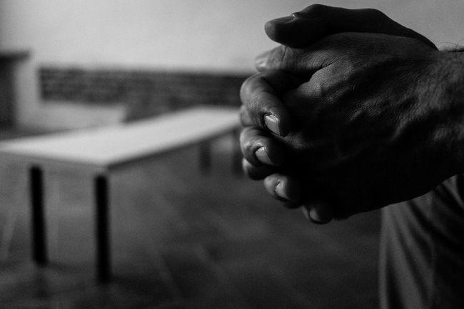 """Untold Stories PARENTHOOD: THE RIGHTS OF THE FATHERS [2] La Corte di Strasburgo, da ultimo con la sentenza depositata il 29 gennaio 2013 (Lombardo, ricorso n. 25704/11), ha condannato l'Italia per violazione dell'articolo 8 della Convenzione europea dei diritti dell'uomo che garantisce il diritto al rispetto della vita privata e familiare e l'accesso dei genitori separati non collocatari ai propri figli, come da sentenza. Gli Stati – ha precisato Strasburgo – devono mettere in atto tutte le misure idonee a consentire un'attuazione effettiva del diritto alla vita familiare, tenendo conto dell'interesse superiore del minore che, d'altra parte, deve essere garantito anche in base alla Convenzione di New York del 1989 sui diritti del fanciullo. La mancata attuazione dei provvedimenti giudiziari funzionali a garantire un'unione tra genitori e figli costituisce una violazione della Convenzione. Ne va delle """"relazioni tra bambino e genitore che non vive abitualmente con lui"""". In this photograph: Vecchio Ospedale (Former Hospital), Cortona (AR), Italy. Fathers Children Figli Rights Of The Fathers Diritti Dei Padri Corte Di Strasburgo Claudia Ioan Reportage Telling Stories Differently"""
