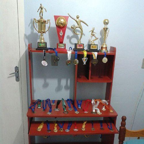 Consegui tudo isso batalhando,!! 3trofeus Melhorjogador 2trofeus Goleador 14medalhas campeão 5medalhas vicecampeão 8medalhas 3°lugar 3medalhas goleador 2medalhas destaque