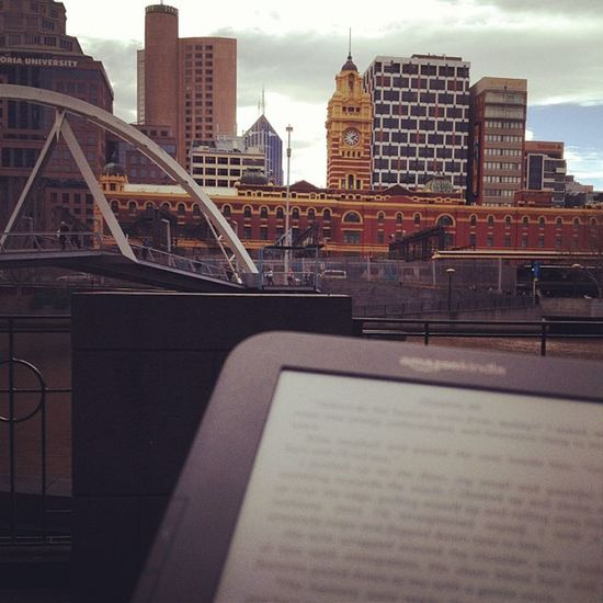Another advantage of bringing a packed lunch : a book, the sun and the view