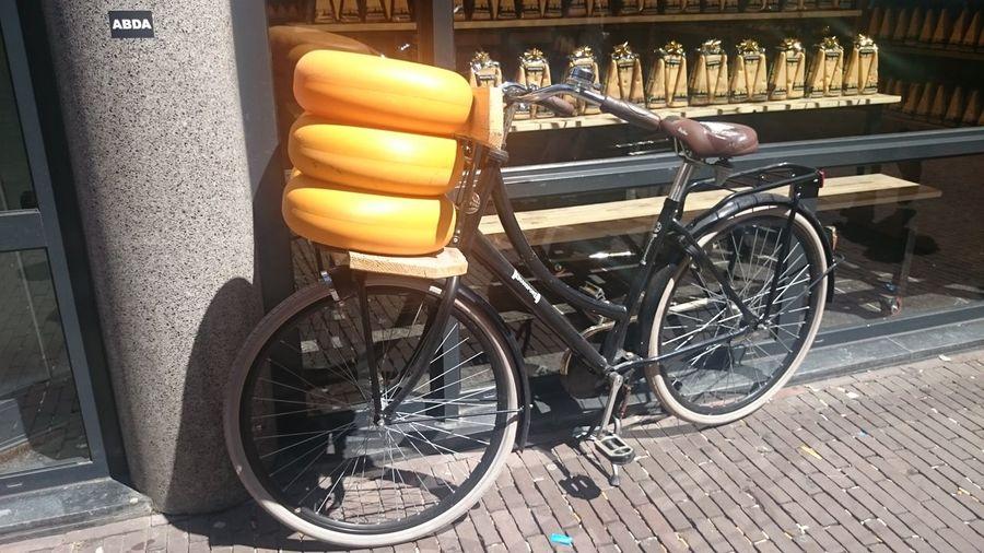 Una típica Bicicleta Holandesa Con el Queso Edan encima junto a una Queseria