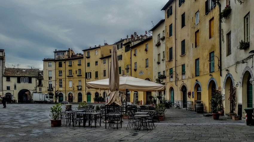 Plaza solitaria Lucca Lucca Italy Italia Italy Construccion Medieval Arquitecturephotography Ciudad Urbana Chair Sidewalk Cafe Table Sky Architecture Building Exterior Built Structure Cloud - Sky Outdoor Cafe Old Town Place Of Interest