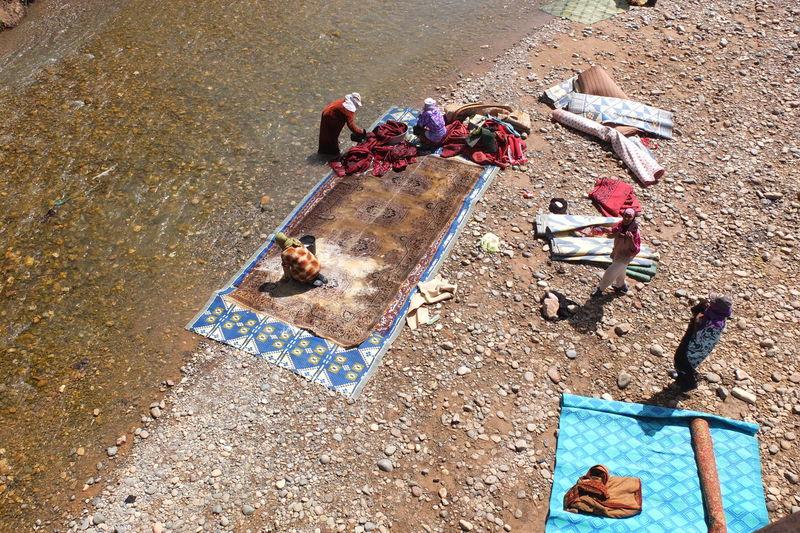 lavage de tapis au bord de l''Oued Ziz (grand Sud marocain) Haut Atlas Marocain Oued Berberian Style Of Life High Angle View Lavage De Roupa Lifestyles Peaceful Moment Tapis Berbère