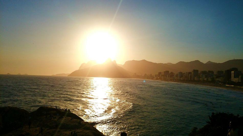 Sentar e apreciar um belo Por Do Sol bem na beira do mar, não lembrar de ti é impossivel, um dia irei a Pedra Do Arpoador novamente visitar, mas dessa vez com você se possivel. Rio De Janeiro Brazil