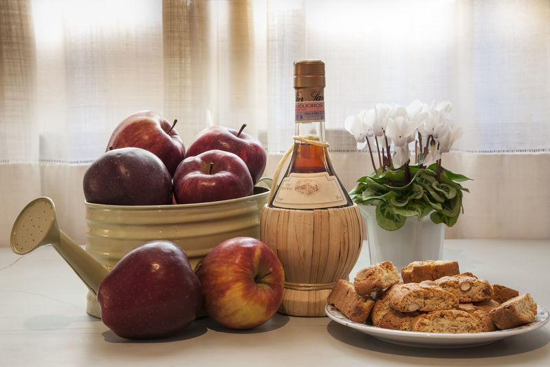 Food Food And Drink Freshness Healthy Eating Table Wellbeing Indoors  Still Life Fruit Container No People Apple - Fruit Bowl Close-up Plate Vegetable Ready-to-eat Transparent Jar Glass - Material Glass Snack Breakfast