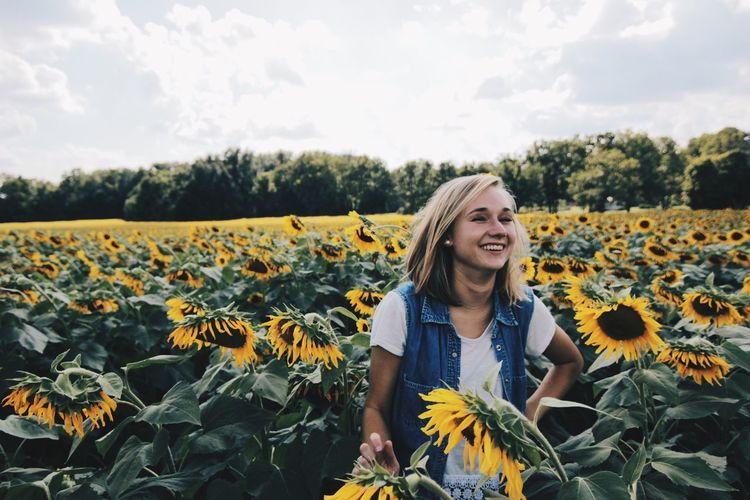 If she asks for a flower, give her a field. Sunflowers Sunflower Theartofvisuals Shotoncanon Outdoors Thevisualscollective Canon Agameoftones Visualsoflife Liveauthentic