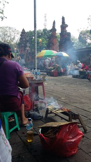 Satay seller outside the temple StreetFoods Streetfoodphotography Outsidetemplesituation Balinessefood Balinesselife Hindu People And Places