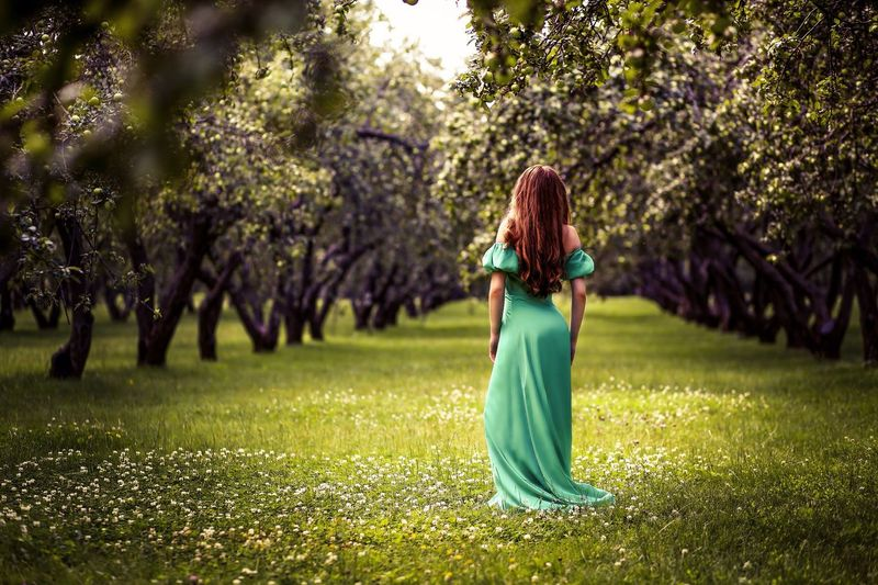 Tree Long Hair Grass Growth Green Color Person Nature Tranquility Casual Clothing Selective Focus Day Grassy Focus On Foreground Field Beauty In Nature Tranquil Scene Outdoors Wind Scenics Park