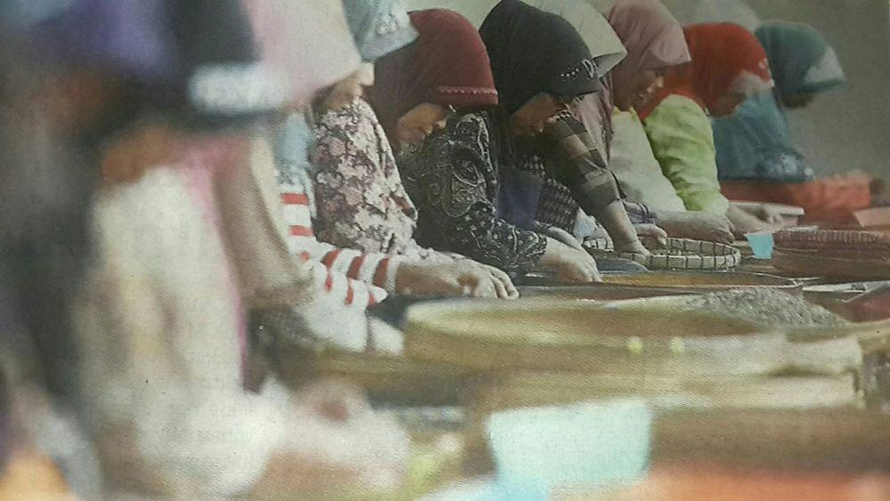 "Capturing original picture (Kompas/P Raditya Mahendra Yasa) on page 19th of Kompas Daily Newspaper (10/26/15) had titled ""Menyortir Kopi"". Pekerja Menyortir Kopi Jenis Robusta"
