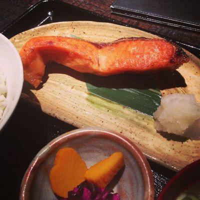 今日のお昼は、黄金色の焼き鮭です。