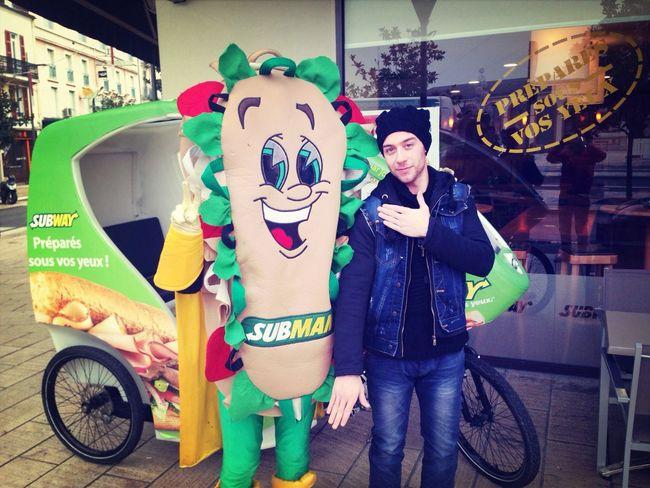 Sub Man c prie une quenelle Subway