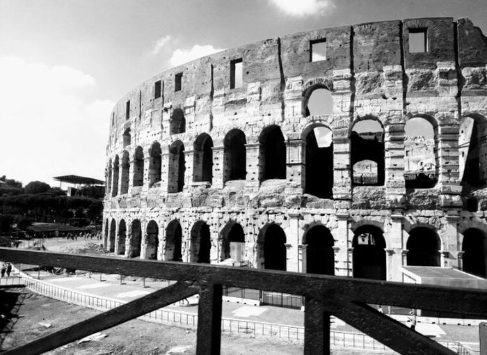 Colosseum Rome Coliseoromano Roma Blackandwhite Desde Mis Ojos Città Eterna Purelove Happiness Old Ruin The Past Ancient Arch Architecture History Built Structure Archaeology Travel Travel Destinations Ancient Civilization