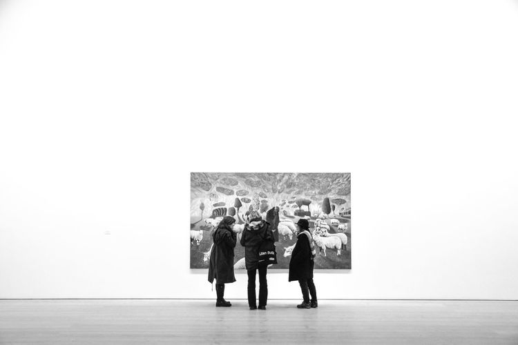 The Art Of Viewing Art Indoors  Gallery Saatchi Gallery Art London Street Photography Streetphoto_bw Londonthroughmycam London_only