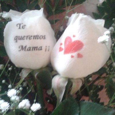 Ramito de 2 rosas con el petalo tatuado con un mensaje para su madre. Http://graficflower.com Rosaadomicilio Floresadomicilio Ramodeflores  Ramoderosas Ramosderosas Regaloparamadre Regalooriginal