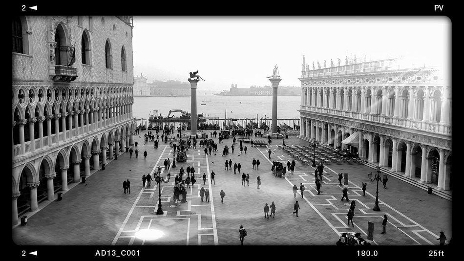 luces en la plaza Plaza Gente Ciudad Urbana Monochrome monochrome photography Venezia Niebla Urbana Dia Agua Italia Italy Water Fog Peaple Peaple Photography Crowd