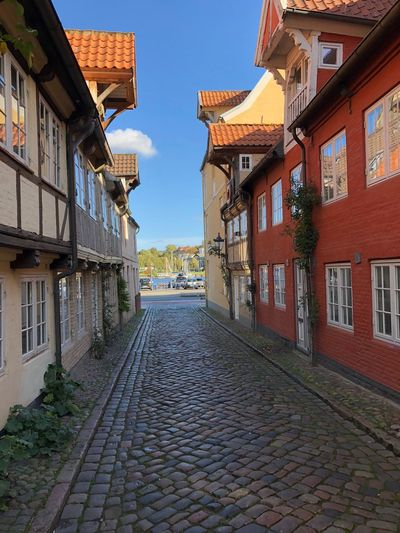 Architecture Built Structure Building Exterior Building City Street The Way Forward Residential District House Sky Cobblestone Footpath Town Alley Row House Gasse Straße Süss Haus Stadt