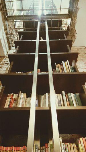 這座書櫃像是貫過台南市區的鐵軌,連接這棟三層老房的歷史與故事(老闆請過目) 台南 民宿 Old Buildings