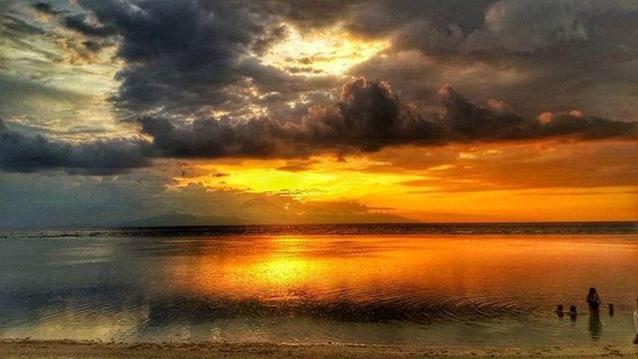 Bermain disaat sunset yang menawan!!!! Unggah bersama @geonusantara Geo0064uber Geo011600669 Lokasi: lombok Keluarga Geonusantara Geojabodetabek ••••••••••••••••••••••••••••••• Sunsets Sunset_pics HDR Hdr_pics Phonegrapher Phonegraphy Photo Photography Clouds Sea Beach Seascape Sunsetbeach Sunset Sunsetlovers Serikat_fi Natgeo @natgeoindonesia Mirror @instanusantara Catatan_negeri Peace