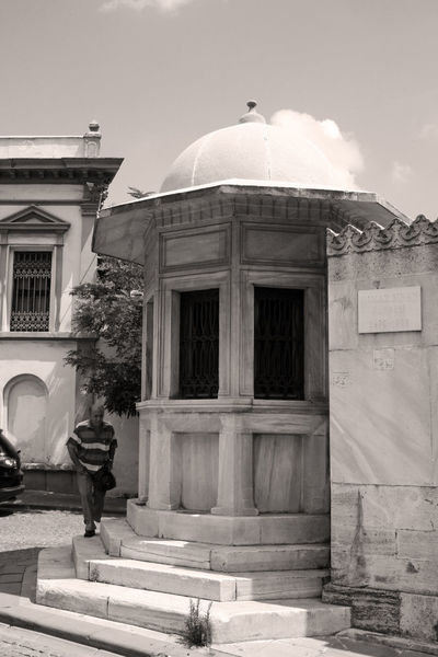 My favourite shrine: the final resting place of Sinan, one of the world's greatest architects, and master builder to sultan Süleyman The Lawgiver. Historical Building Black&white Türkiye Turkey Istanbul Black & White Blackandwhite Shrine ARCHITECT Sinan