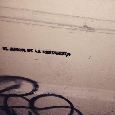 amor e malas sempre prontas. <3 Poesíaurbana Arteurbana Arteurbano UrbanART Streetart Artederua Artecallejero Olheosmuros Oqueosmurosfalam Oqueasruasfalam