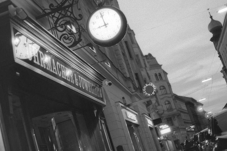 Evening in Vienna. 35mm Film CHM Universal 100 Rikoh Rikenon P 1.7/50 Black And White Clock Film Photography Illuminated Street Time