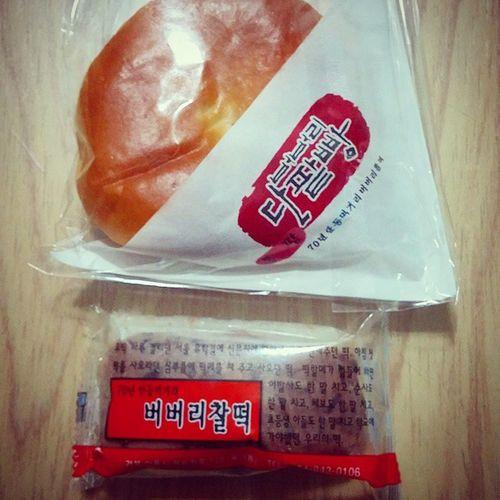 안동에서 사온 70년 되었다는 버버리찰떡 과 버버리단팥빵 (빵은 3년). 은은하게 달고 맛있다~ 사람들이 많이 찾는 이유를 알겠음...