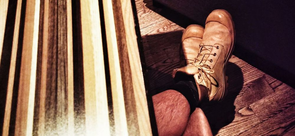 Jambes et bois Legs Jambes Piernas Boots Bottes Botas Wood Bois Madera Feet Pieds Pies Concept Yellow Jaune Amarillo