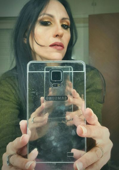 Multiplicity Ways Of Seeing Photography Themes Photographing Selfie Photograph Loop Indoors  Reflection Photography Eyeem Photography My Magical Universe Make-up Check This Out Hands In Frame Repetition Be. Ready. Framewithinframe Smart Phone Self Portrait Picture Frame Transfer Image