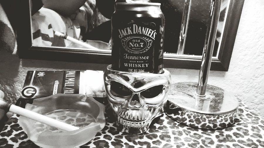 Una Noche con mi Amigo el Jacky un Cigarrillo Jack Daniel's Pall Mall Skull
