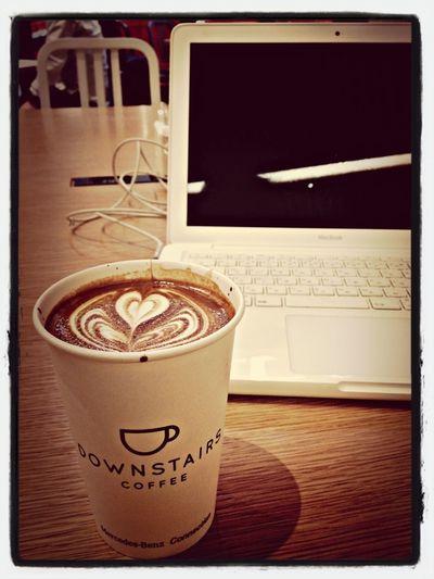 静かで電源があって、広く机を使える、ベンツを見ながら作業できるナイスなカフェ。
