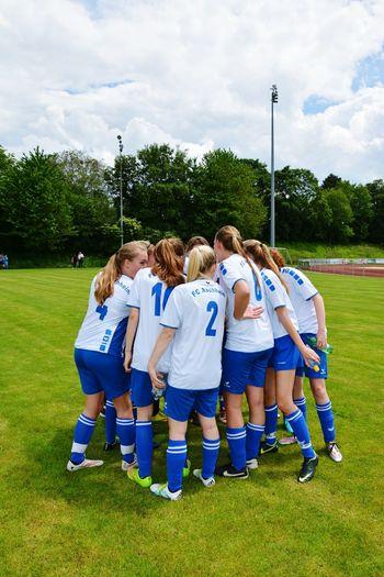Grass Field Friendship Sky Day Green Fußballfieber Fußball Ist Nicht Nur Ein Sport,sondern Eine Leidenschaft Die Du Deinem Leben Widmest. Fussball Football