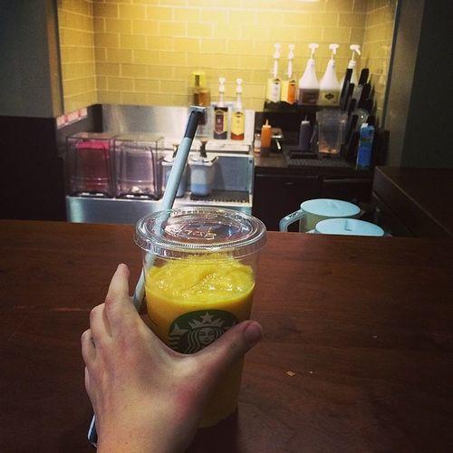 Я люблю свою работу. На перерывах можно делать себе вкуснейшие холодные коктейли! Естественно за свой счет, зато сама! ☕️❤️ Starbucksjob