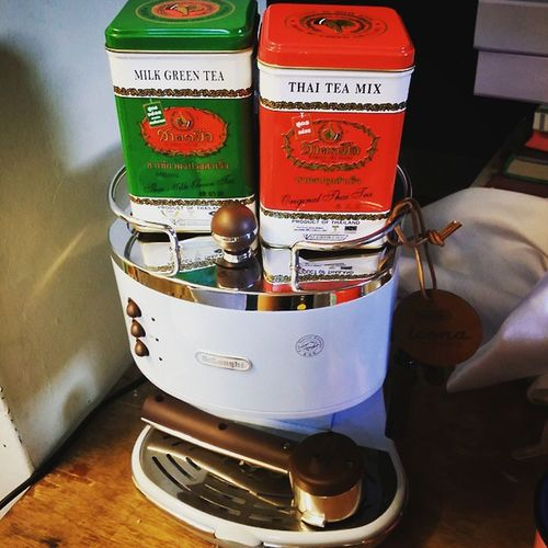 Oh i cant imagine when i brew these sweety Thaiteas with this cutie. 😂😂 It's gonna be thaigreenlatte and thairedlatte. 😅 Stay tune...😁😁😁 ThaiMilkTea Thaimilkgreentea Thaiteas thaistyle teagoodness chatramue brew freshlybrew thaitealatte