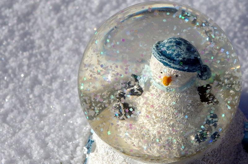 Schneekugel im Schnee Decoration Dekoration Draußen Glimmer Maximum Closeness No People Outdoors Schneekugel Schneemann Snowglass Snowman