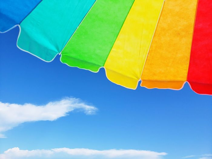 Beach Beach Umbrella Summer Fun Summer Fun Blue Sky Hot Air Balloon Flying Blue Parachute Mid-air Yellow Lounge Chair Canopy Sandy Beach Umbrella Sun Lounger