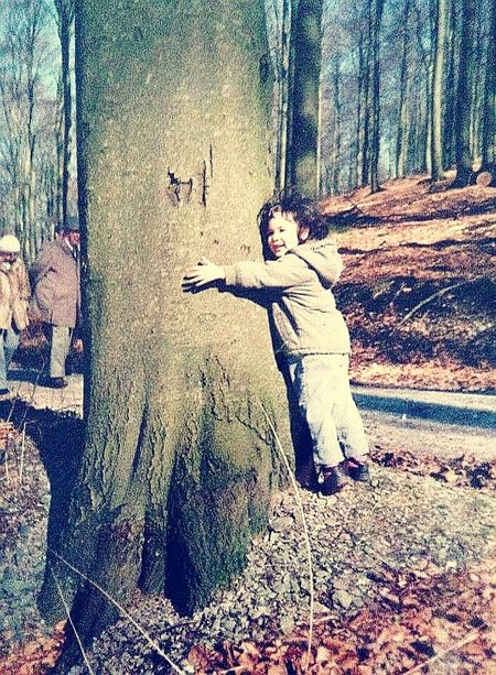 bei den ganzen Baumfotos ist mir ein Foto aus dem Familienalbum eingefallen! Lin (ca. im Jahre 1987) beim Baumkuscheln 😋 leider nur ein Foto vom Foto. Outdoors Day Tree Cuddling Forest Standing Harmony With Nature Naturelovers Childhood ThatsMe Retro Analog Woodland Walk Trunk Walk This Way Childhood Memories Cuddles Hug Huging A Tree Hug A Tree People Love Tranquility Live For The Story EyeEmNewHere The Portraitist - 2017 EyeEm Awards The Great Outdoors - 2017 EyeEm Awards Place Of Heart
