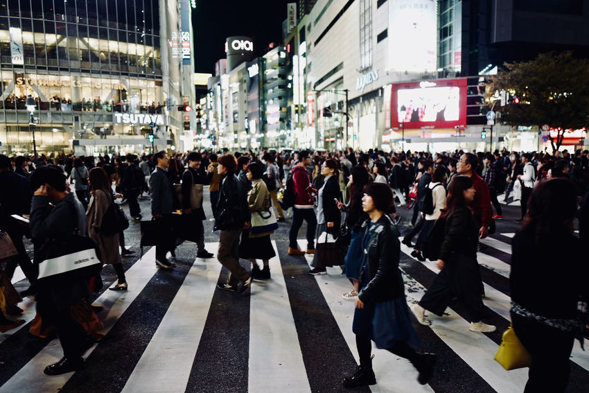 Friday Night Shibuya Crossing people : Leica Q 28mm f/1.7 No Filter No Flash No crop handheld 27, October 2017 de Good evening 28mm F/1.7 October 2017 Shibuyascapes Snapshots Of Life Tokyo Street Photography Tokyo Days Building Exterior City Life Congestion Crowd Illuminated Large Group Of People Men People And Places Real People Rush Hour Shibuyacrossing Still Life Streetphotography Walking Women
