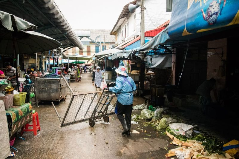Working Dirty Durty Gabage Market Real People Building Exterior Architecture Market Built Structure Men Day City People Group Of People Market Stall Lifestyles Small Business Street Adult Women