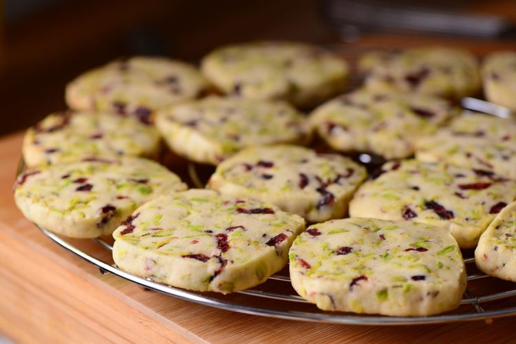 Cooling Rack Festive Nuts Pistachio Dried Cranberries Shortbread Cookies Cookies Pistachio Cookie Food Food And Drink Freshness Indoors  Ready-to-eat Close-up Still Life Sweet Food Baked Sweet Dessert Large Group Of Objects