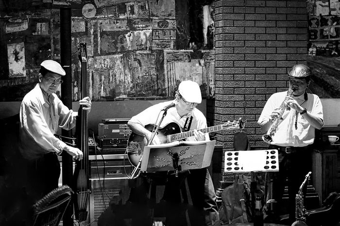 BANGKOK MY INTROSPECTIVE 2015 Bangkok ASIA GREAT PICTURE! Contrast Night Life Jazz The Blues City Life Citylife Great Musicians Night Night Photography City Arrangement Part Of Blackandwhite Black And White Blackandwhite Photography Musical Instruments Guitar Spotted In Thailand