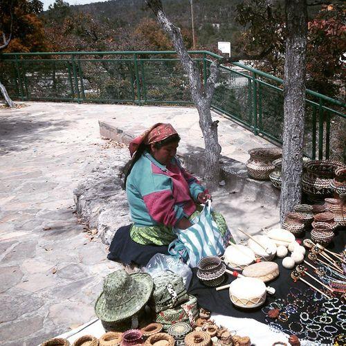 Barrancasdelcobre mujer tarahumara vendiendo artesania