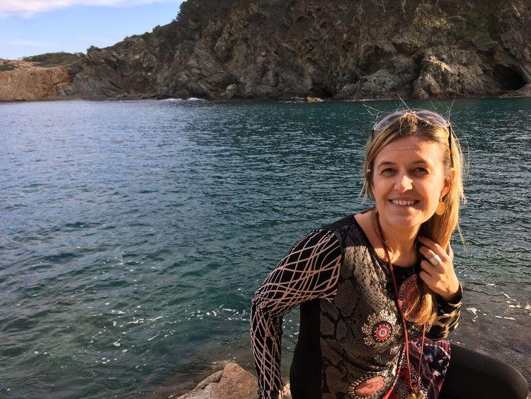 Moments que la preocupació desapareix Smiling Sea Happiness Looking At Camera Water Beauty In Nature Mediterranean